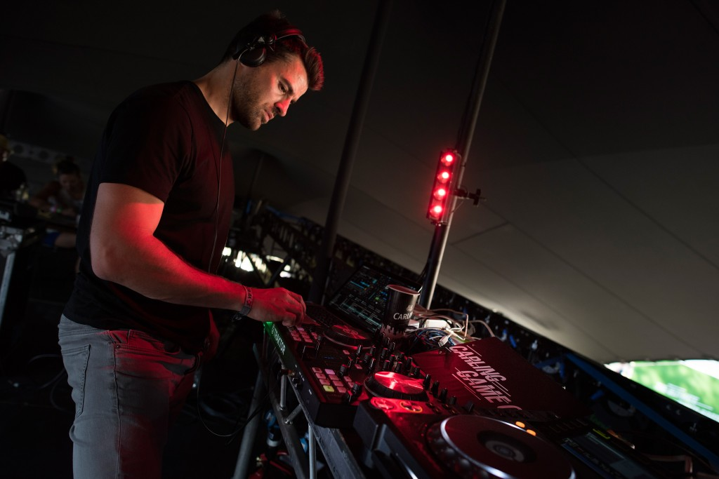 Steve-Jones-hits-the-decks-and-at-Carling's-Game-On-tent-at-V-Festival,-as-festival-goers-enjoy-the-perfect-pint-at-Hylands-Park.08