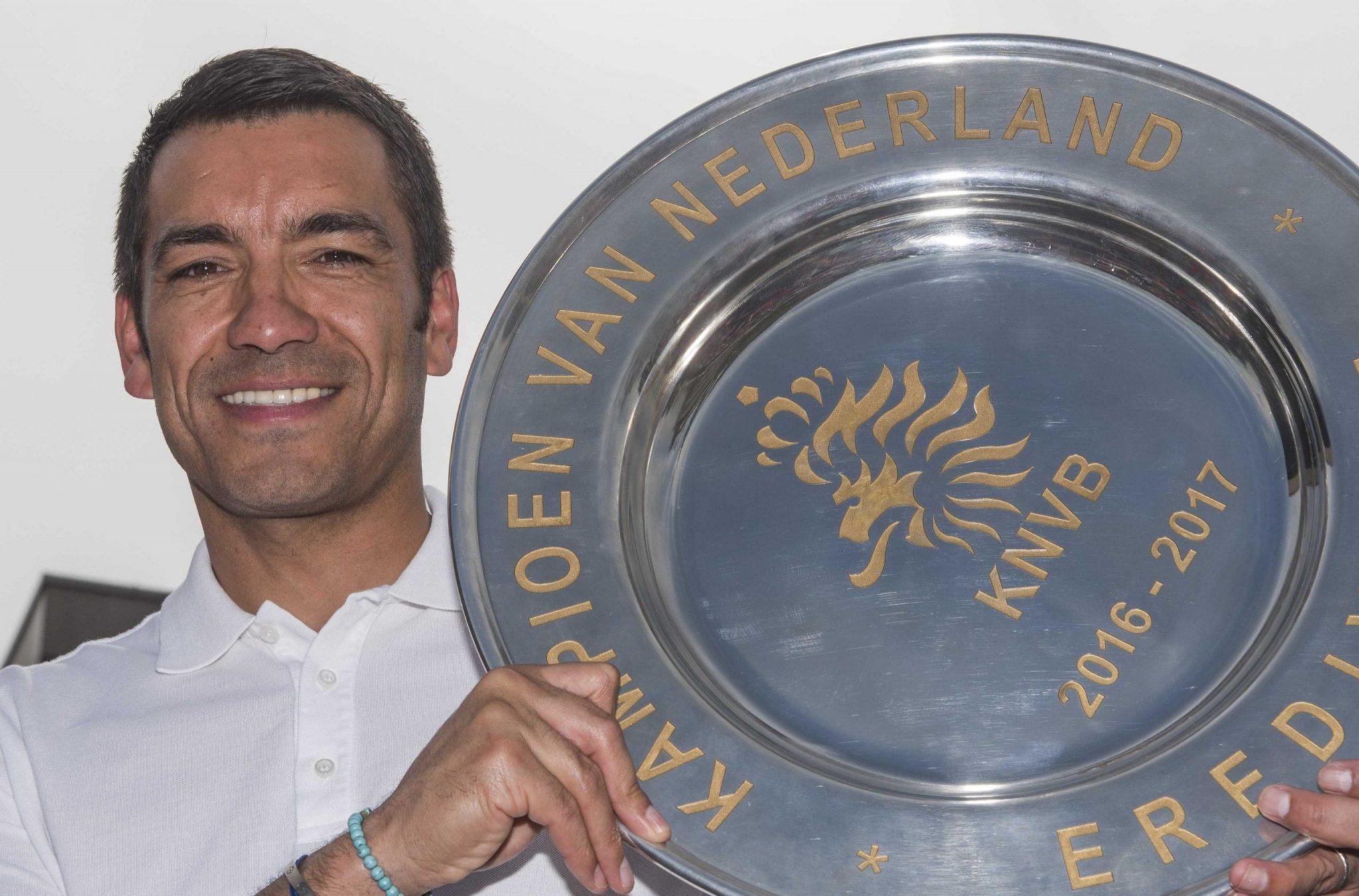 KJS01 KRIMPEN (HOLANDA), 22/05/2017.- El entrenador del Feyenoord, Giovanni van Bronckhorst muestra el título de campeón de la liga holandesa (la Eredivisie) durante un homenaje al entrenador por la consecución del título en Krimpen, Holanda hoy 22 de mayo de 2017. EFE/Lex Van Lieshout