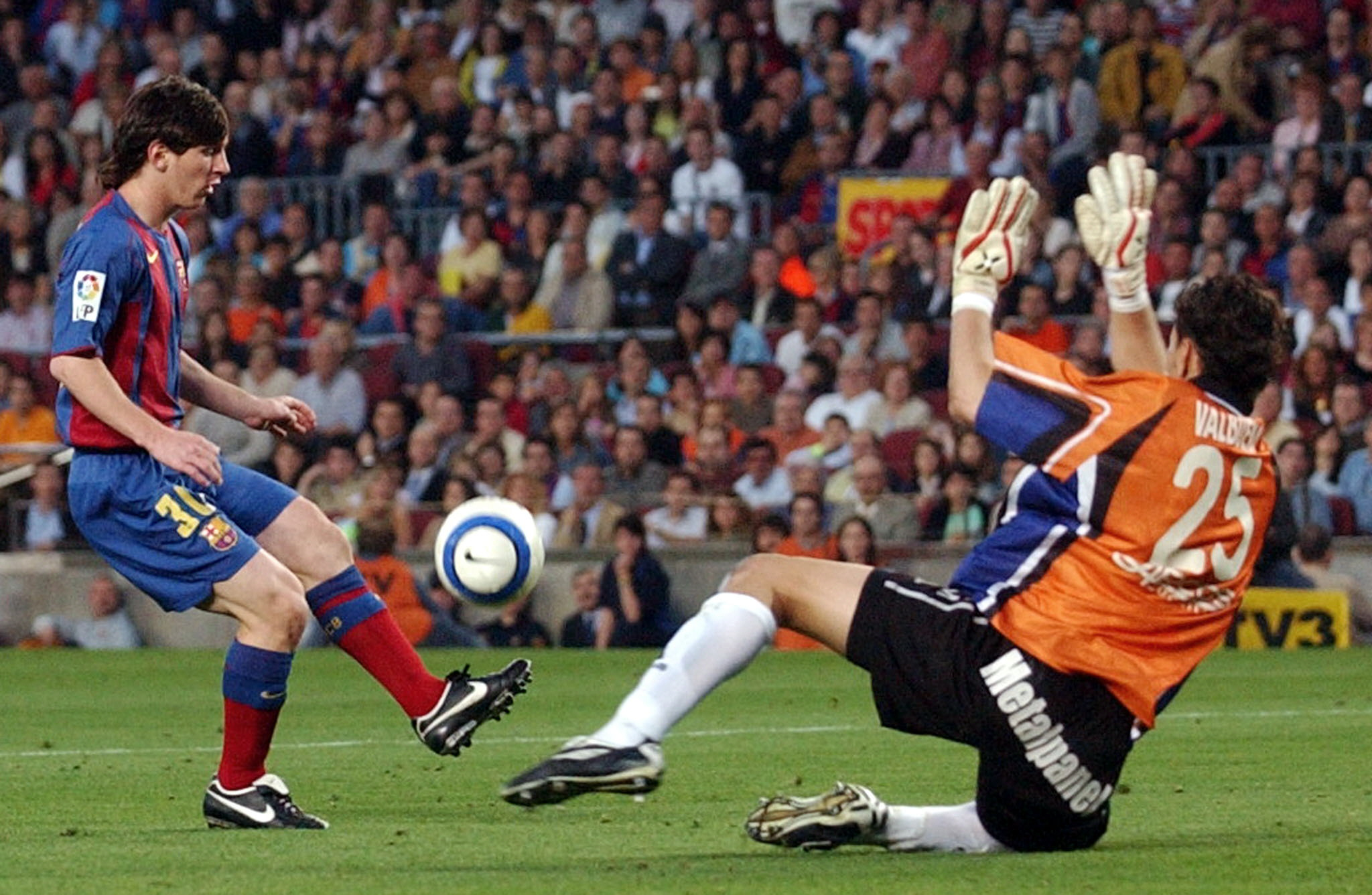 B16. BARCELONA, 1/05/05.- El jugador del F.C. Barcelona Messi (i) supera la salida del portero del Albacete Valbuena para conseguir el segundo gol de su equipo, durante el partido de Liga disputado hoy en el Camp Nou de Barcelona. EFE/Albert Olive.