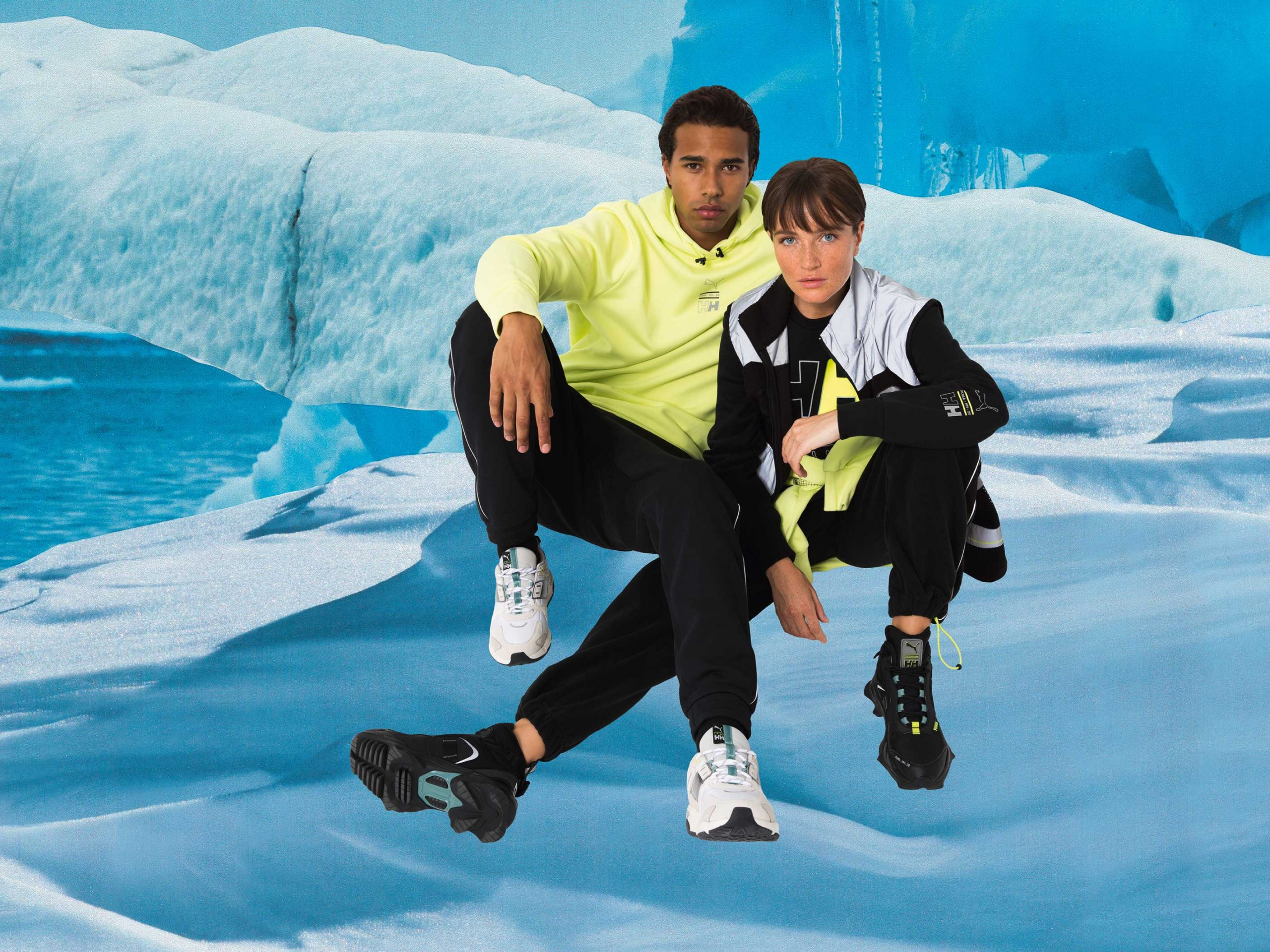 20AW_In-Store_SP_SELECT_Helly-Hansen-Q4_CubeSetLightbox-CoupleSitting_1000x750mm